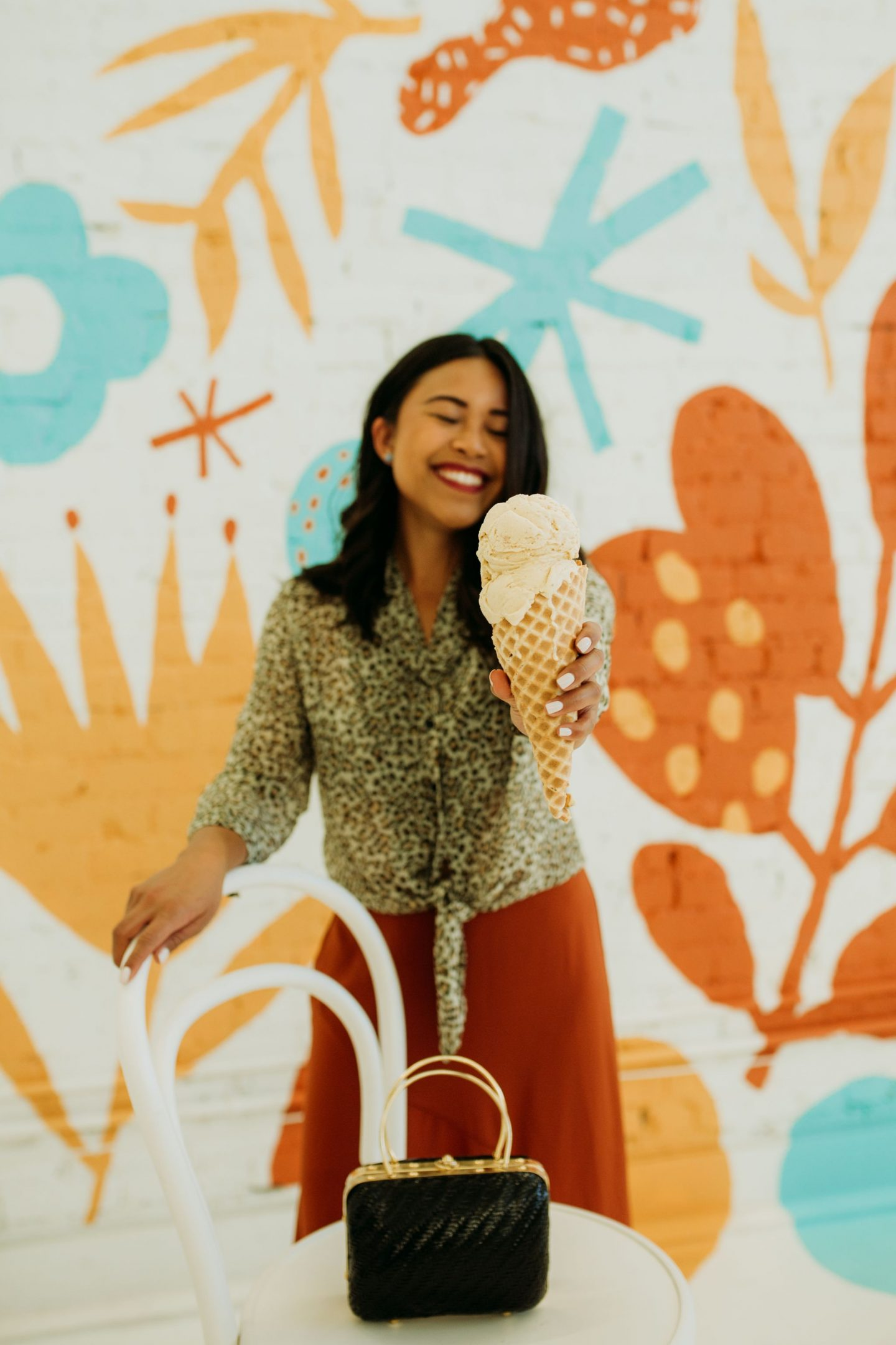 How to pose with food – ways to pose with food on Instagram – cute poses for Instagram – photography posing ideas – Instagram pose ideas – trending poses – how to pose like a fashion blogger - Molly Moons Ice cream