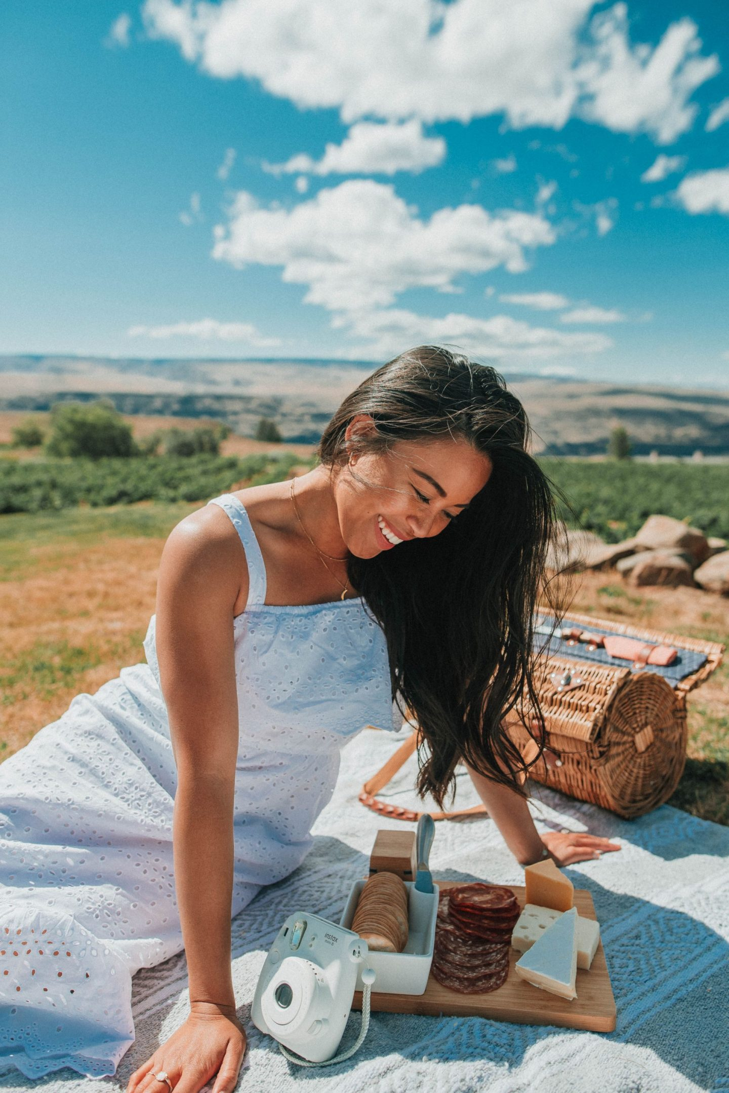 Picnic aesthetic – picnic photo shoot friends – picnic date ideas – picnic photo shoot ideas – Emma's Edition – Cave B Winery – Quincy Washington – Winery Photo Shoot Ideas