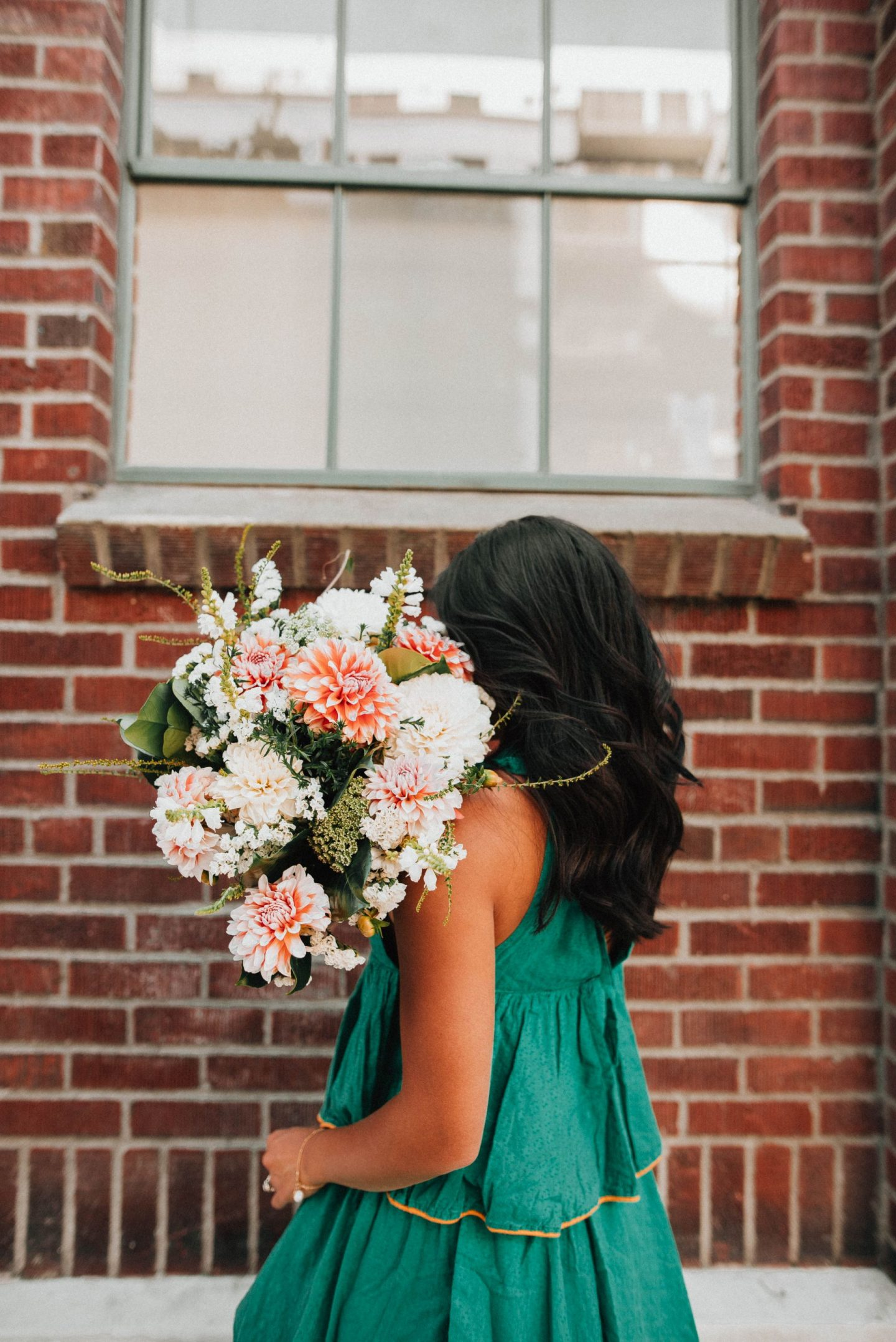 Pose with a flowers - How to pose with a bouquet of flowers
