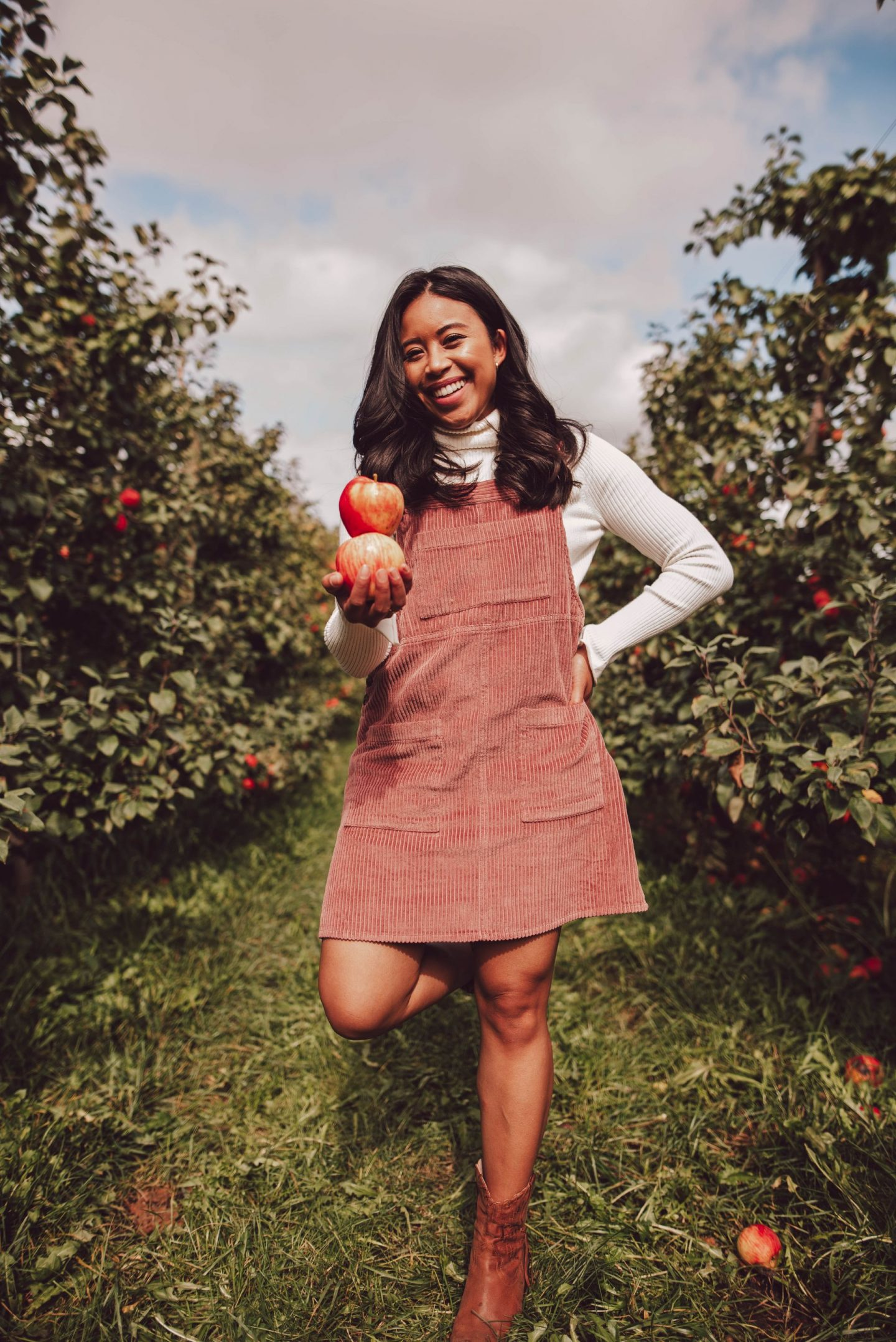 Bellewood Farms in Lynden, WA - how to pose at an apple orchard - apple picking photo shoot ideas - fall activities - apple picking photography - apple picking outfits