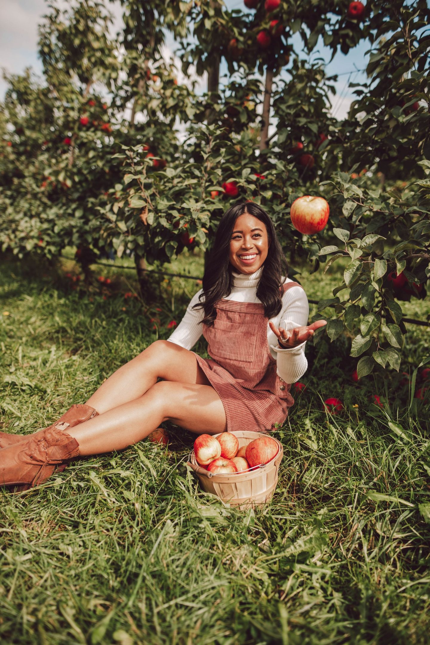 Bellewood Farms in Lynden, WA - how to pose at an apple orchard - apple picking posing ideas - apple picking poses -  fall activities - apple picking photography - apple picking outfits
