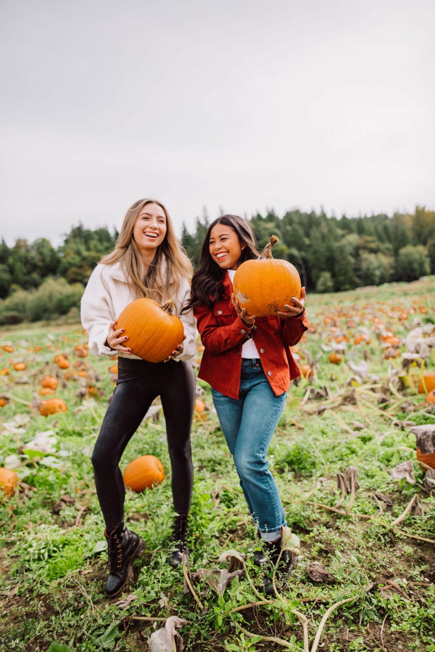 pumpkin patch photo ideas with friends - friend poses for the pumpkin patch - copyright @emmasedition - image from www.emmasedition.com