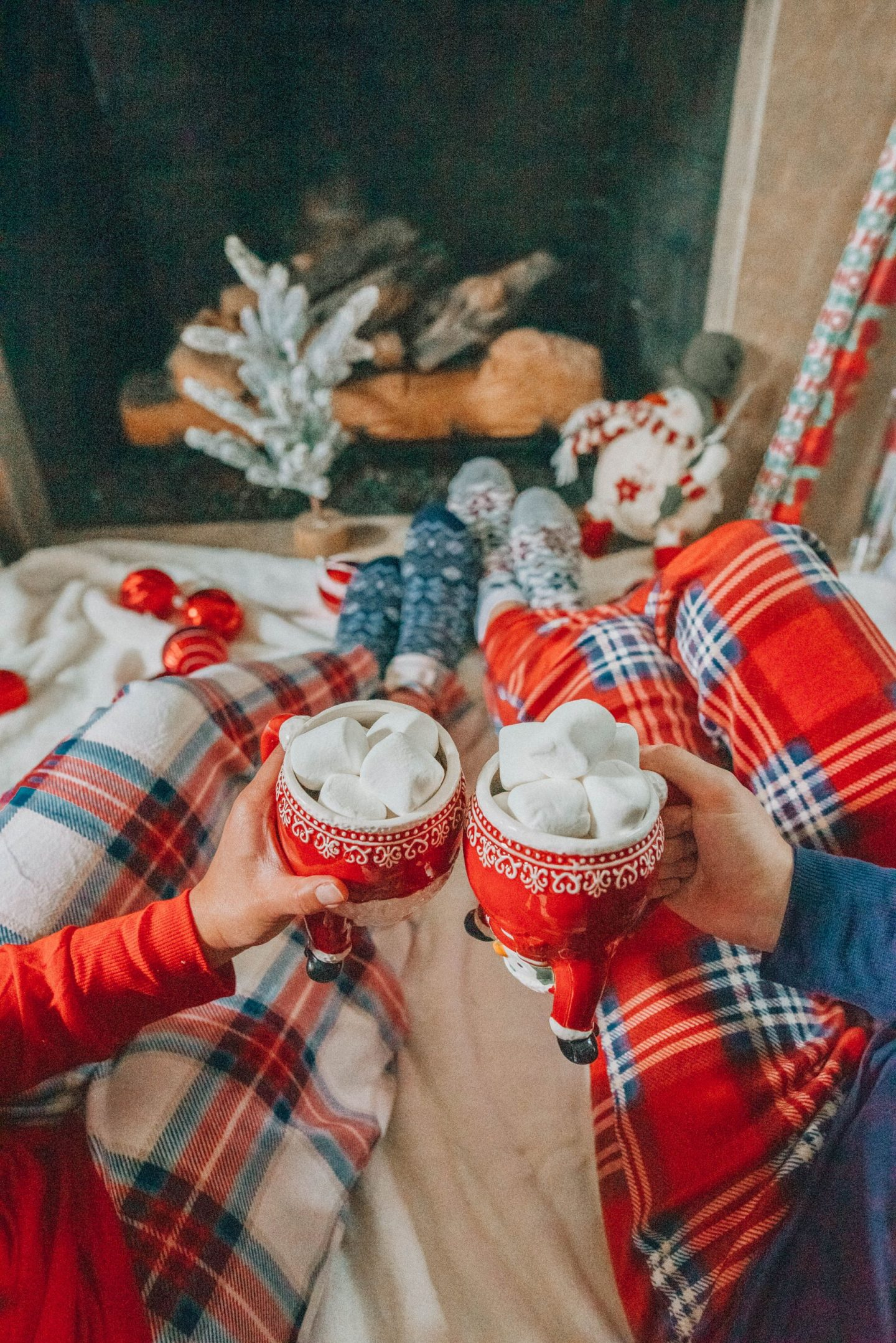 hot cocoa by the fireplace - holiday season - holiday season photo shoot ideas - image from www.emmasedition.com - Instagram @emmasedition