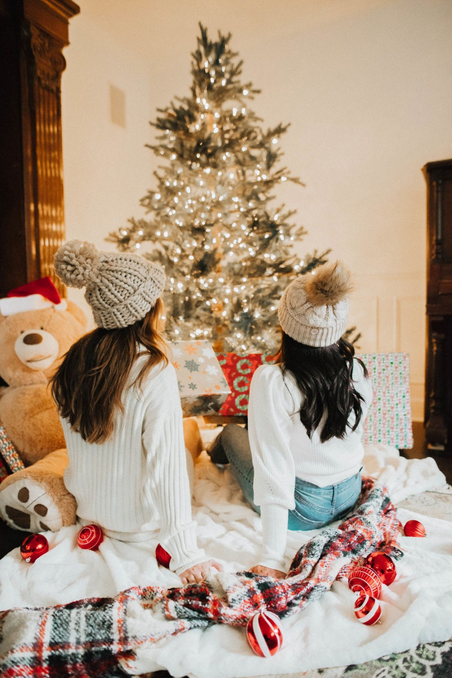 Christmas photo shoot ideas – Christmas photo shoot outfits – holiday photo shoot ideas – holiday photos – Christmas family photos - best friend holiday pictures – holiday décor - image from www.emmasedition.com - Instagram @emmasedition