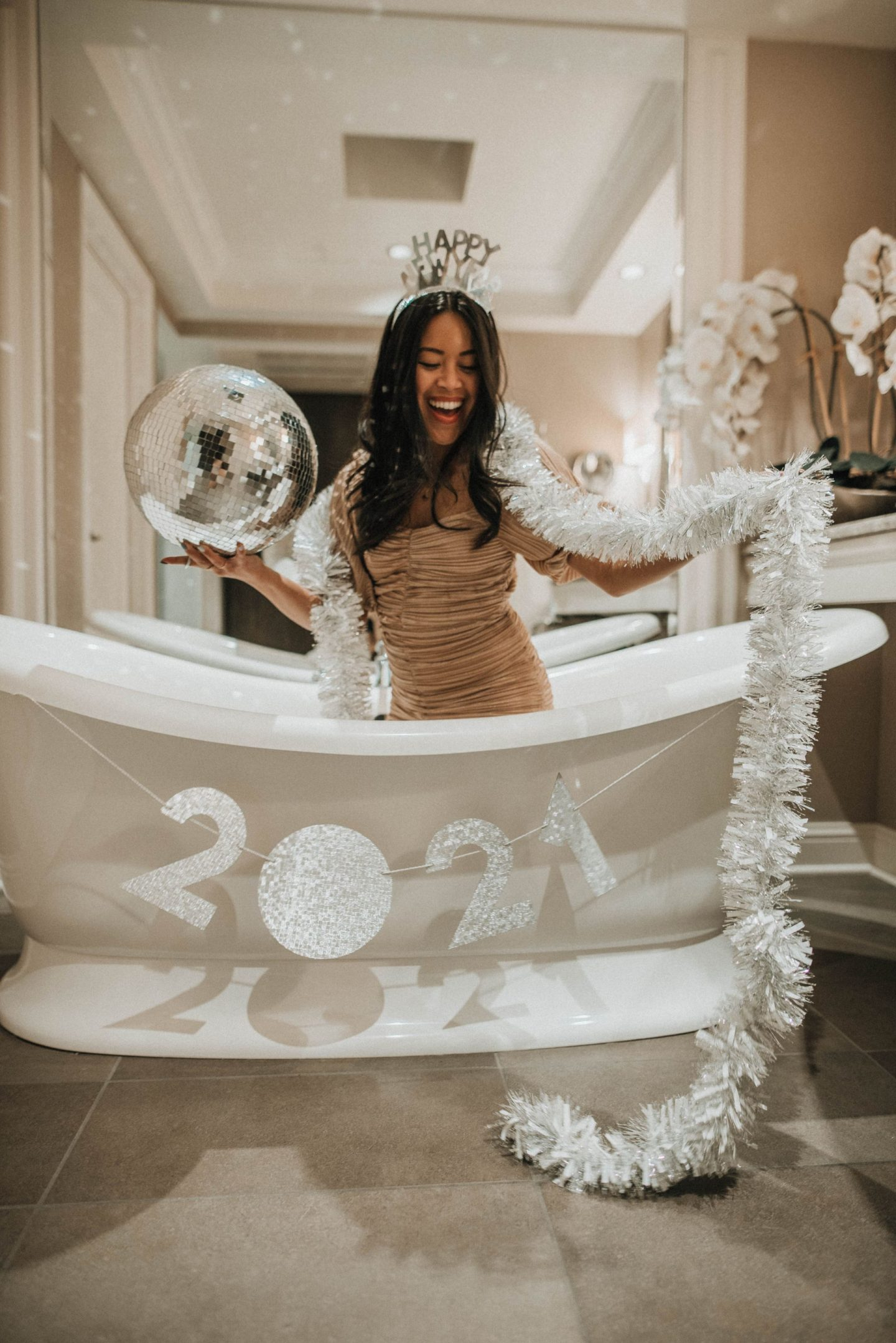 Decorate your bathtub for New Year's Eve - New Year's Eve photo shoots - New Year's Inspiration - www.emmasedition.com - copyright @emmasedition