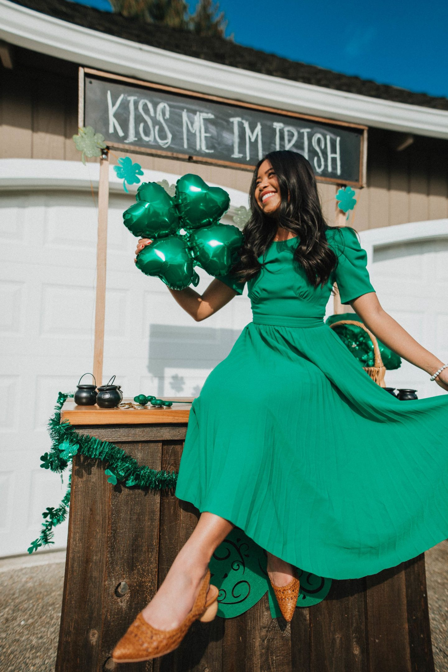 St. Patrick's Day Poses for women – St. Paddy's Day – St. Patrick's Day décor – St. Patrick's Day photo shoots – St. Paddy's day photo shoot ideas – image from www.emmasedition.com – copyright @emmasedition