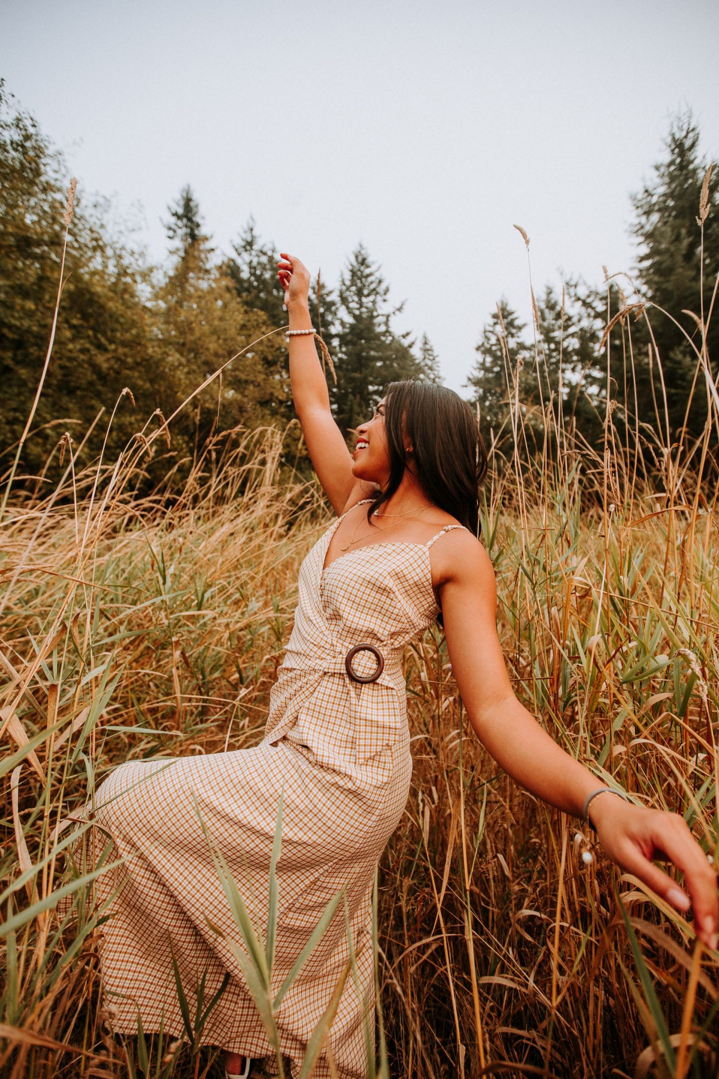 10 Field Photo Shoot Poses You Can Try