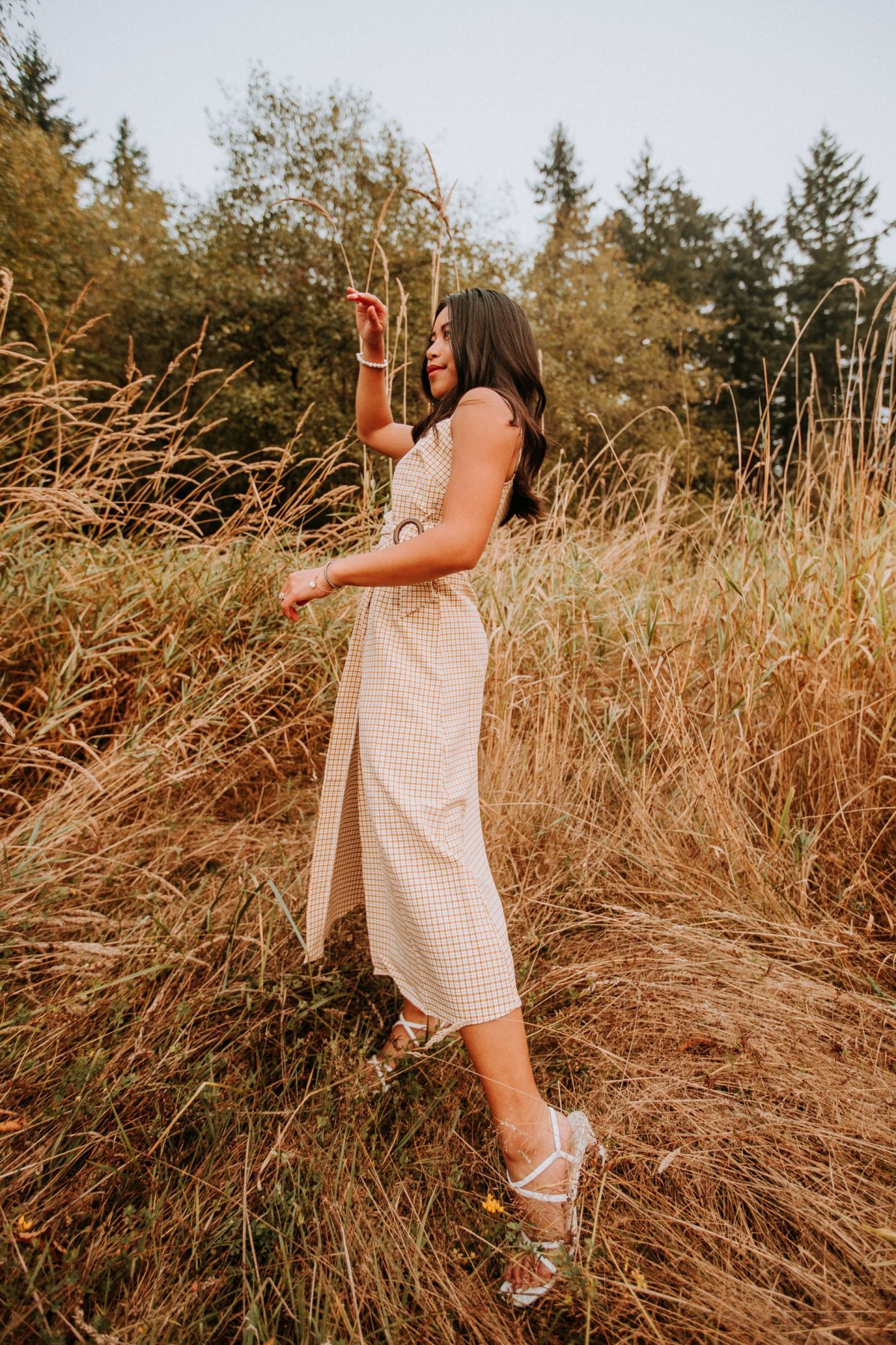 easy photo shoot poses - easy poses for pictures - standing pose in a grassy field - www.emmasedition.com